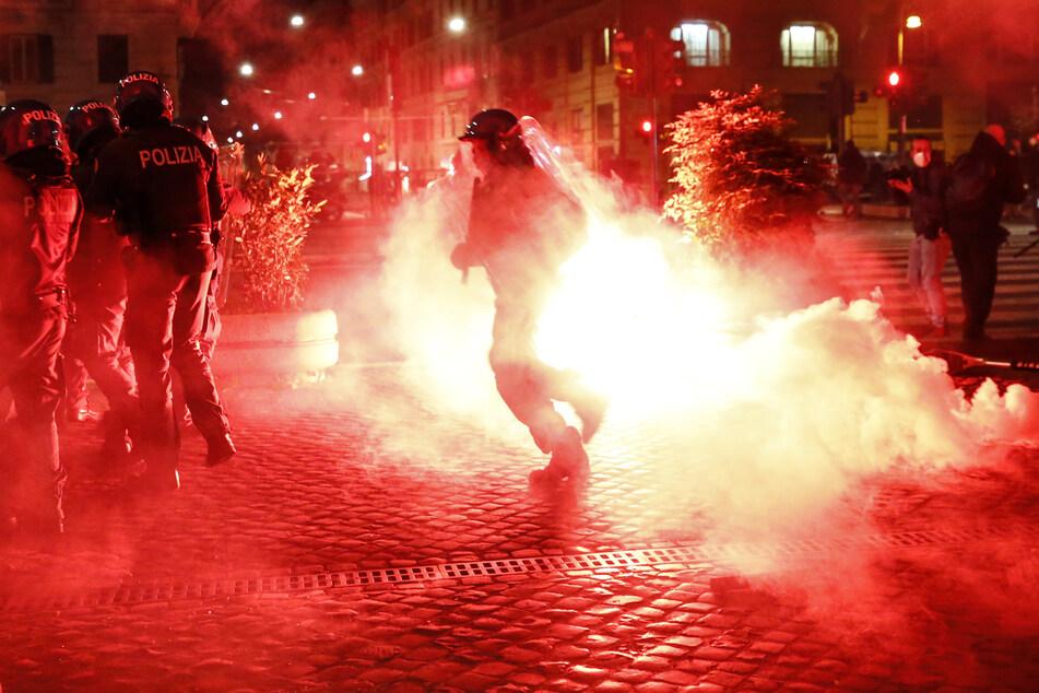 Bereits Mitte der Woche kam es zu gewaltsamen Zusammenstößen bei Protesten gegen Ausgangssperren und andere Maßnahmen zur Bekämpfung der Corona-Pandemie in Italien.