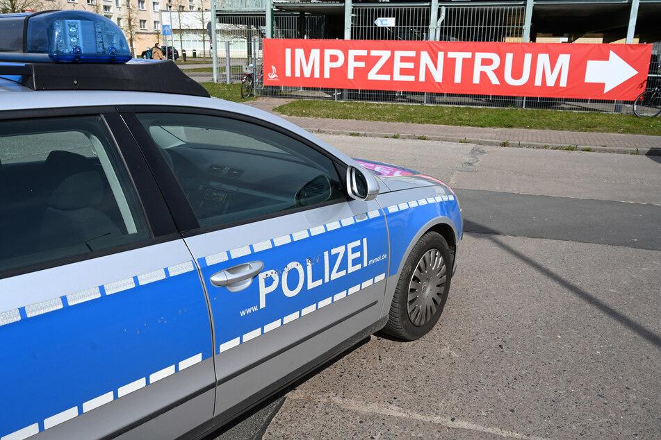 Die NRW-Polizei hat seit Anfang Januar 34 besondere Vorkommnisse an den Impfzentren des Landes registriert. Dazu gehörten auch Bedrohungen und Cyberangriffe.