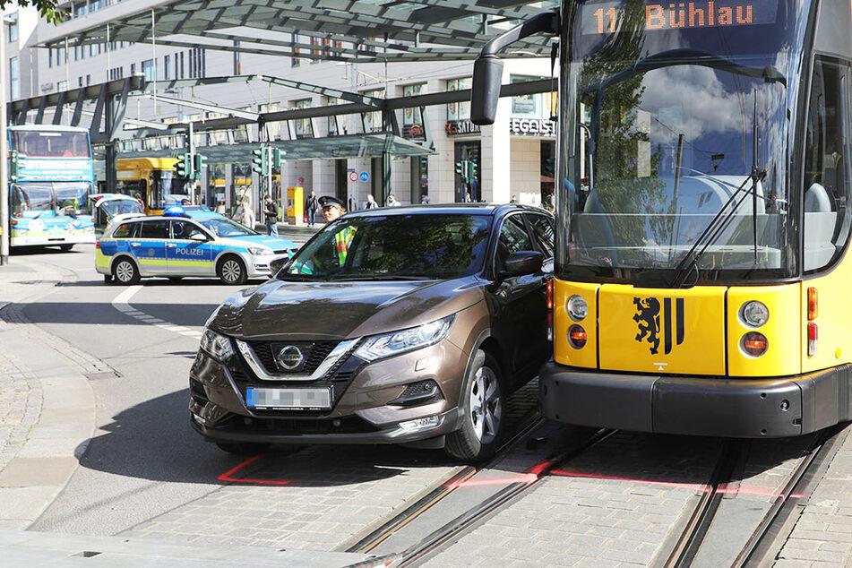 Auto fährt in Straßenbahn: Wilsdruffer Straße gesperrt