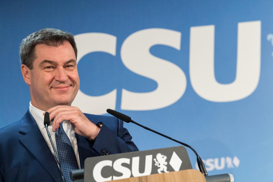 Markus Söder hält eine Rede. Im Hintergrund ist das Logo der Partei CSU zu sehen.
