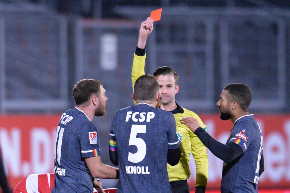 Marvin Knoll (Mitte) bekommt von Schiedsrichter Michael Bacher wegen Foulspiels die Gelb-Rote Karte gezeigt.
