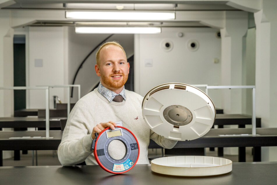 Christian Treu (32) bewahrt Daten von alten Datenträgern wie dieser Festplatte (re.) und diesem Magnetband aus DDR-Zeiten.