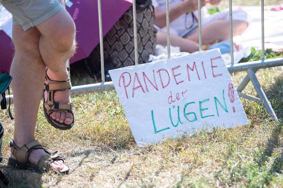 Ein Schild mit der Aufschrift «Pandemie der Lügen!» steht während einer Kundgebung der Initiative «Querdenken 711» in Stuttgart.