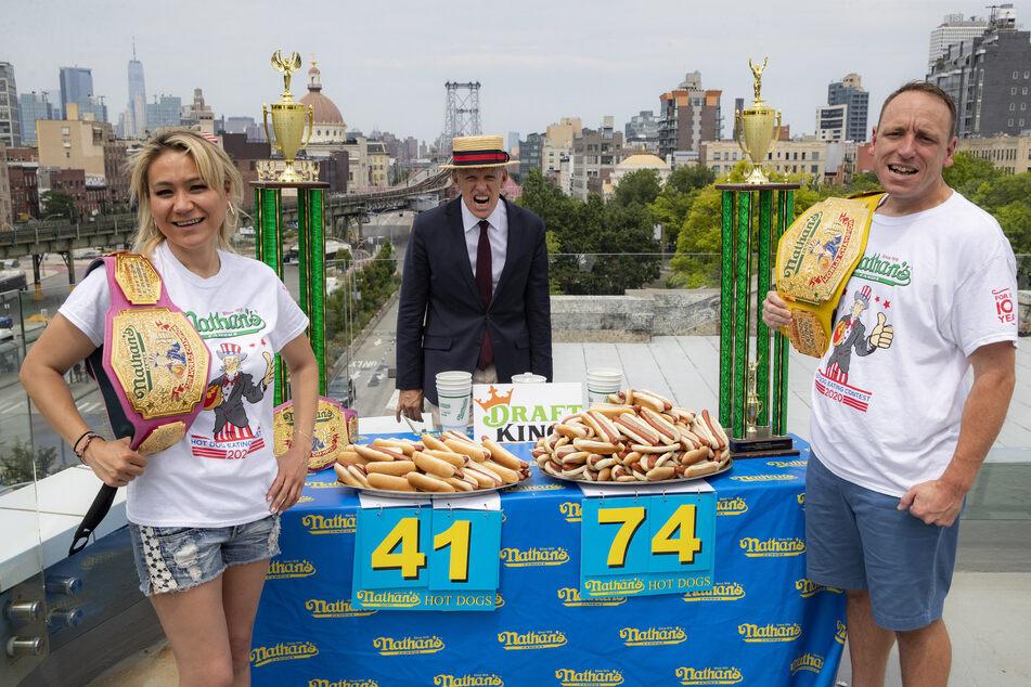 Die Wettesser Miki Sudo, Joey Chestnut (r.) und Veranstalter George Shea posieren beim Einwiegen für das jährliche Hotdog-Wettessen am Unabhängigkeitstag.
