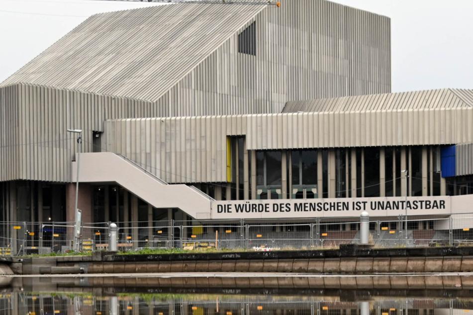 Karlsruhe: Das Badische Staatstheater spiegelt sich in einer Wasserfläche.