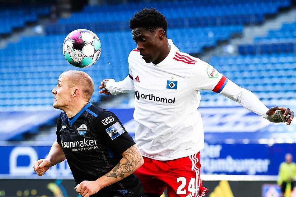 Amadou Onana (19, r.) vom Hamburger SV geht gegen Paderborns Sven Michel (30) in den Luftkampf.