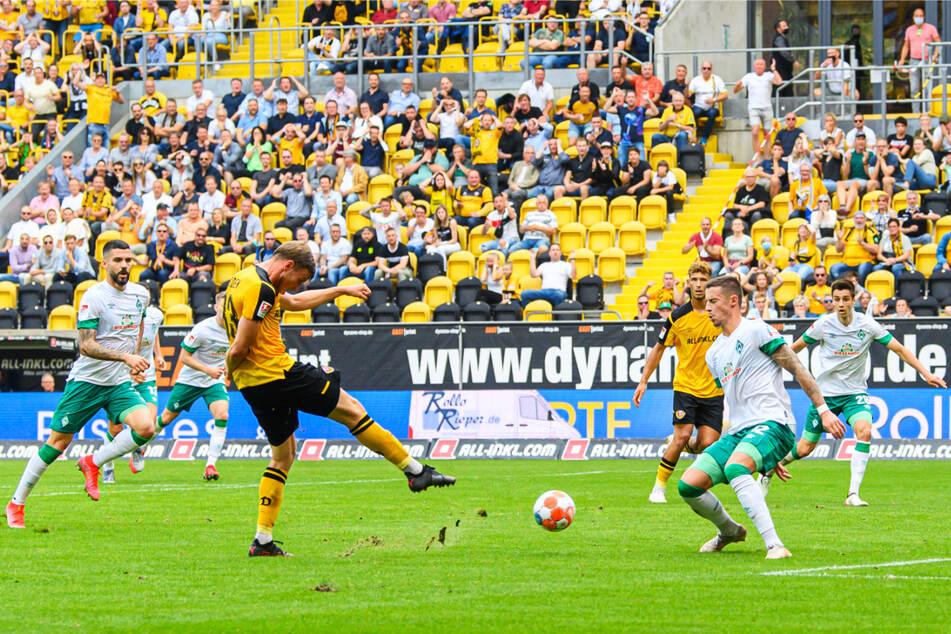 Sein erstes Tor seit dem 14. August: Christoph Daferner (v.-M.) schießt mit exzellenter Technik zum 1:0 für Dynamo ein.