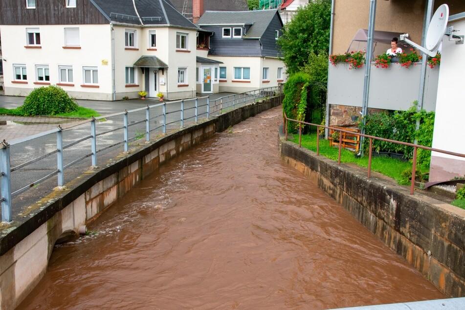 In Gersdorf (Landkreis Zwickau) ist der Pegel des Hegebachs ebenfalls bedrohlich angestiegen.