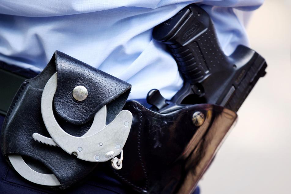 Ein Polizist schoss auf die Reifen des Autos. (Symbolbild)