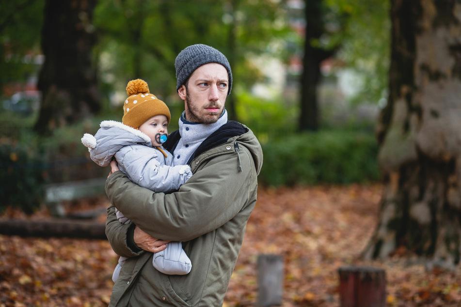 """Eine Szene aus der Serie """"MaPa"""" mit Schauspieler Max Mauff (33) als alleinerziehendem Vater."""