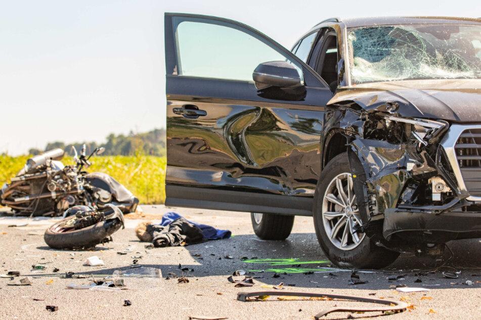 Das Auto rammte den Motorradfahrer seitlich beim Abbiegen.