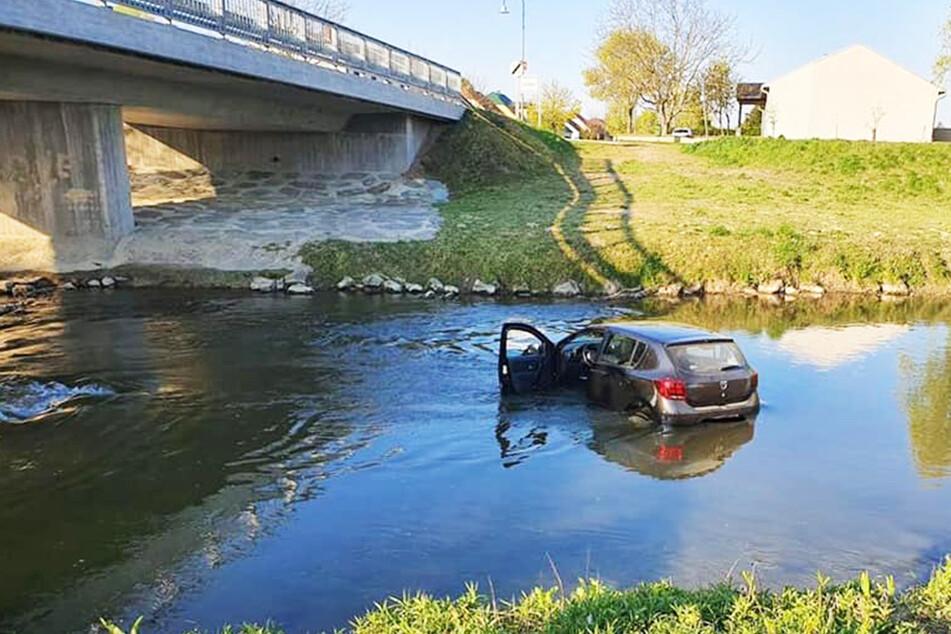 Der Dacia rollte offenbar ungehindert in den Fluss.