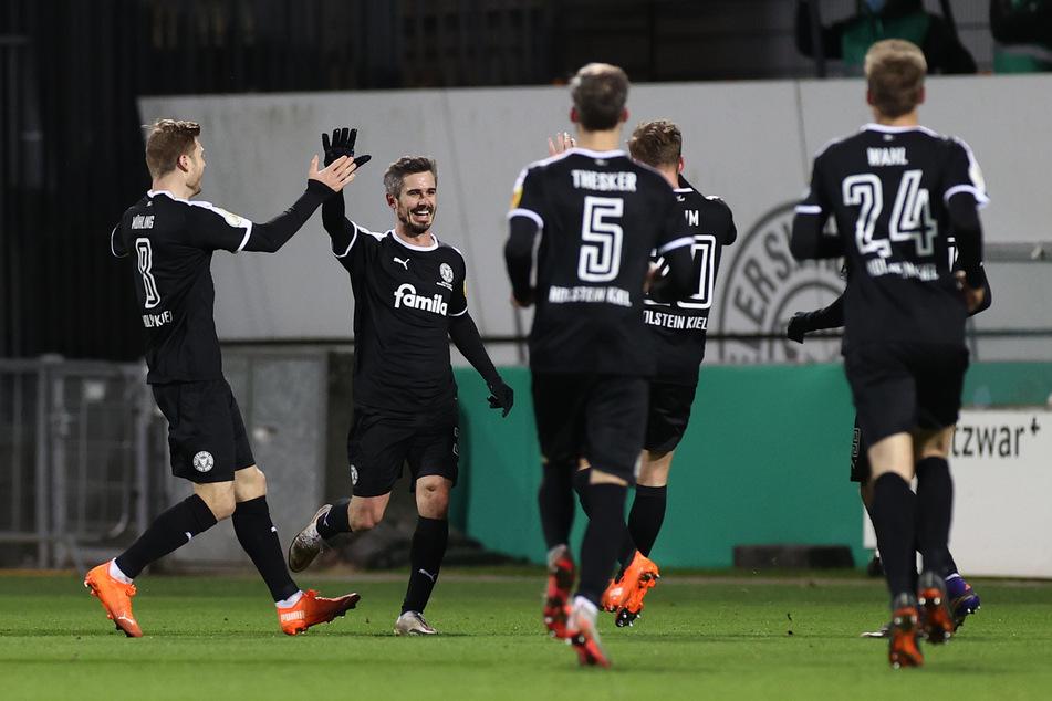 Fin Bartels (2.v.l.) erzielte für Holstein Kiel im DFB-Pokal gegen den FC Bayern München noch in Durchgang eins den 1:1-Ausgleichstreffer.
