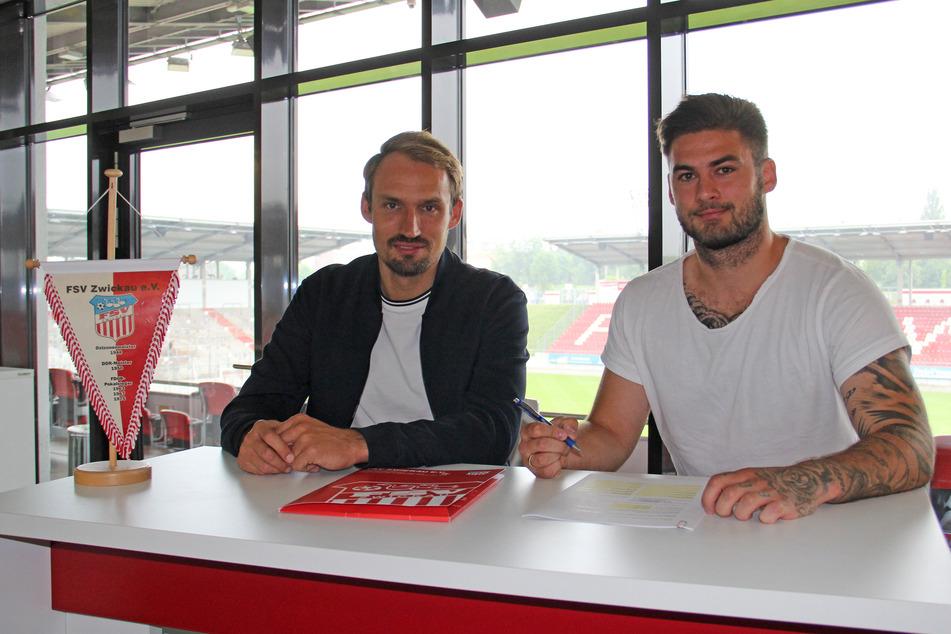 Dominic Baumann (26, r.) und Toni Wachsmuth (34) bei der Vertragsunterzeichnung.