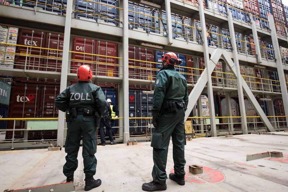 Hamburg: Zöllner der Kontrollgruppe Köhlbrand stehen im Hafen bei einer Überprüfung auf dem Containerdeck eines Containerschiffes. (Illustration)