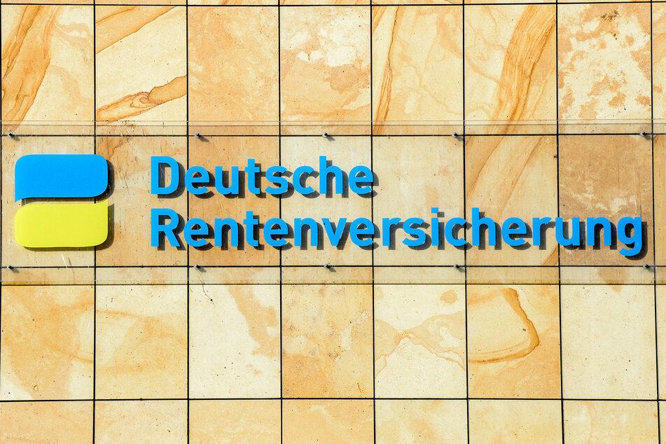 Der Schriftzug Deutsche Rentenversicherung am Gebäude in Berlin.