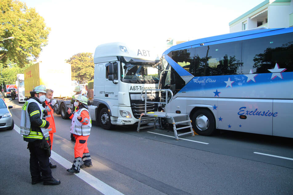 Der Lastwagen und ein Bus stehen nach dem Zusammenprall in Hagen beschädigt auf der Straße.