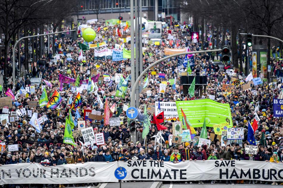 Teilnehmer einer Klima-Demo ziehen durch Hamburg: Auch am Freitag werden wieder Tausende Demonstranten erwartet.