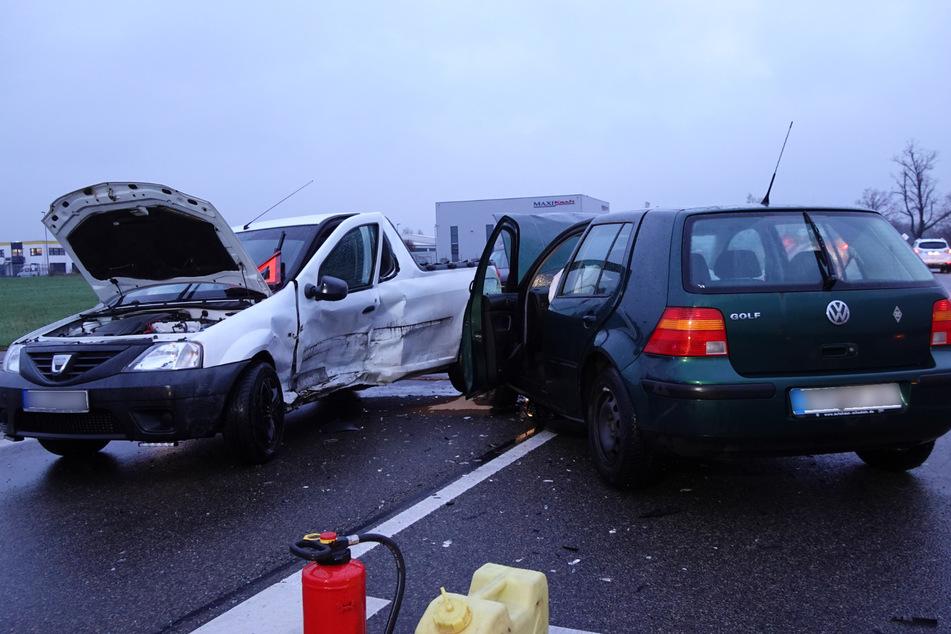 Auf einer Kreuzung rauschten am Montagmorgen zwei Autos ineinander.
