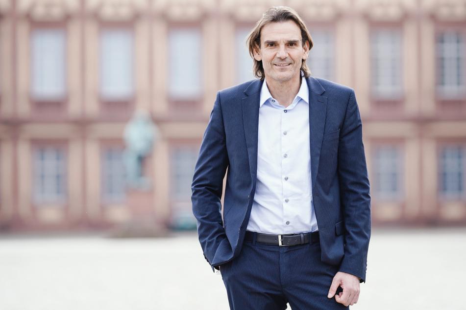 Andreas Stenger vor dem Mannheimer Schloss. Der Präsident des Landeskriminalamts schaut gerne auch mal einen regionalen Krimi.