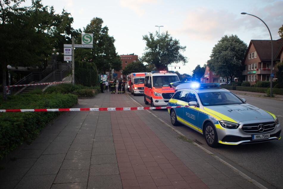 Einsatzkräfte stehen an der Unfallstelle am S-Bahnhof Neugraben.