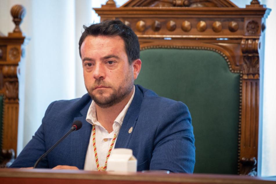 Alex Pastor, Bürgermeister der katalanischen Stadt Badalona, sitzt am Tag seiner Amtseinführung im Rathaus von Badalona.