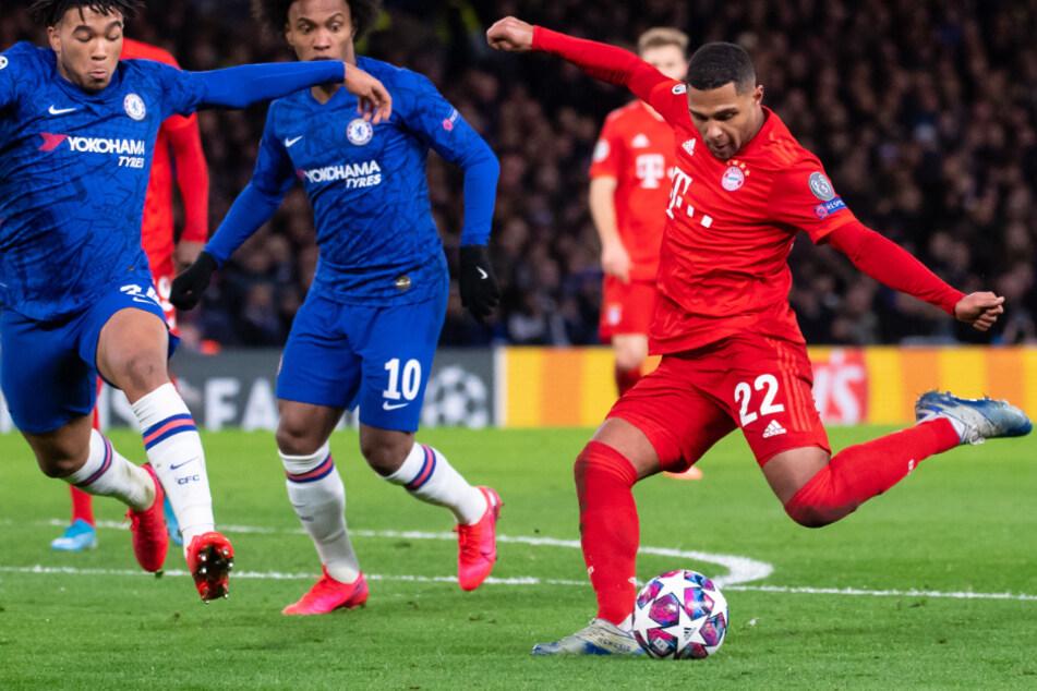 Eine Szene aus dem Hinspiel. Matchwinner Serge Gnabry (rechts) holt gegen Chelsea zum Torschuss aus.