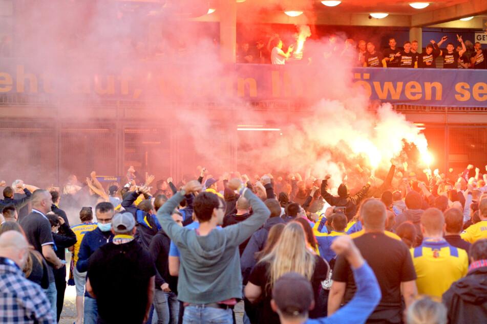 Braunschweiger Anhänger feiern vor dem Stadion