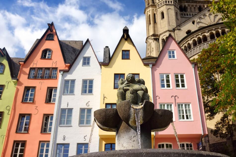 Der Fischmarkt diente mindestens seit dem 13. Jahrhundert als Ort für den Fischhandel am Rhein. Der Brunnen der Fischweiber von Rainer Walk erinnert an die historische Bedeutung.