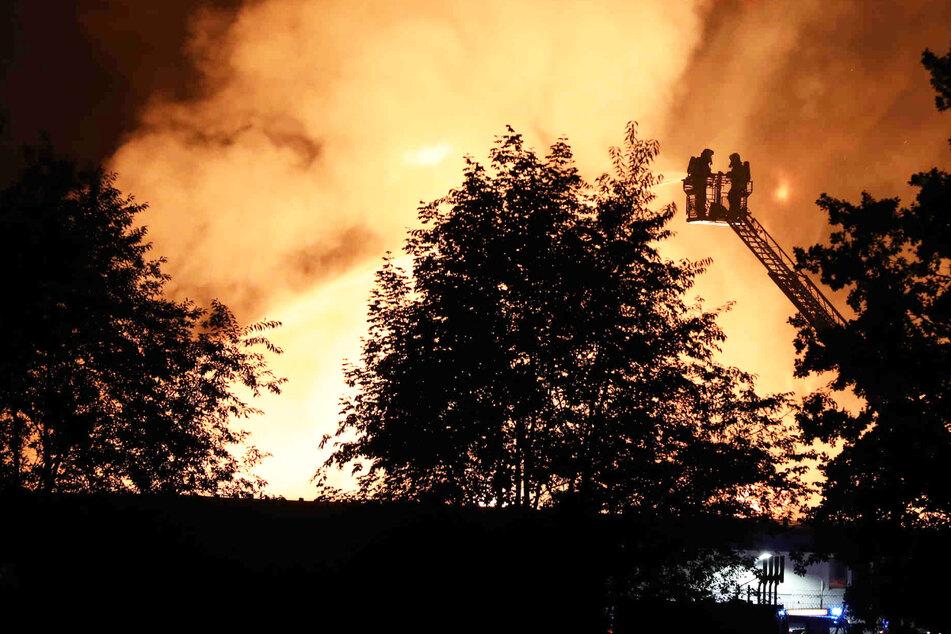 Die Feuerwehr hatte am Samstagmorgen alle Hände voll zu tun. Ein Brand in Bernsdorf hielt die Einsatzkräfte auf Trab.