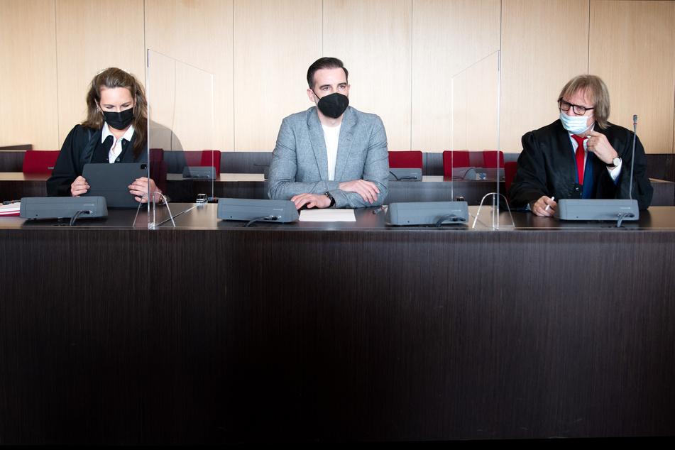 Der angeklagte Christoph Metzelder (M) sitzt in einem Saal des Amtsgerichts auf der Anklagebank zwischen seinen Rechtsbeiständen, Julia Donnepp und Ulrich Sommer.