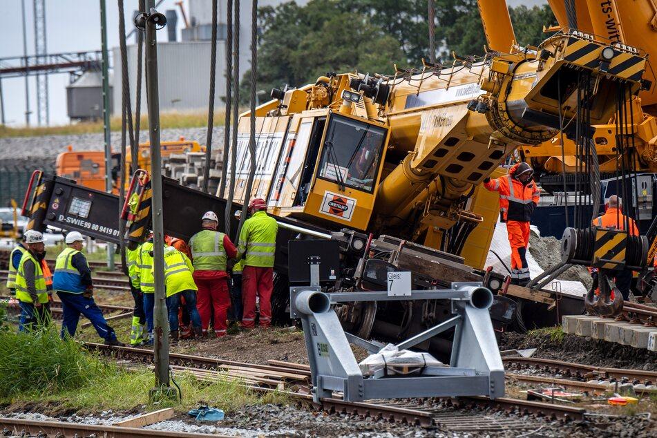 Der Schienenbaukran war vergangene Woche am Borkum-Kai entgleist und muss nun geborgen werden.