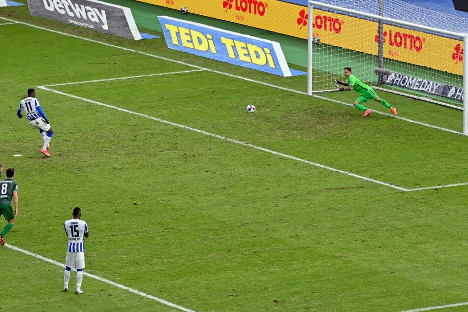 Dodi Lukebakio trifft zum entscheidenden 2:1. Augsburgs Rafal Gikiewicz entscheidet sich für die falsche Ecke.