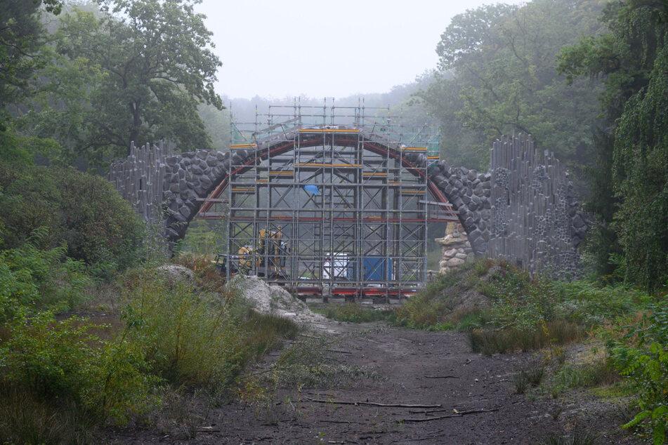 Die Rakotzbrücke im Rhododendronpark in Kromlau. Die Bauarbeiten sollen Anfang 2021 abgeschlossen sein.