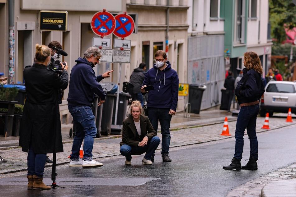 """Die beiden """"Tatort""""-Ermittlerinnen suchen in der Dresdner Alaunstraße nach Hinweisen für ihren Fall."""