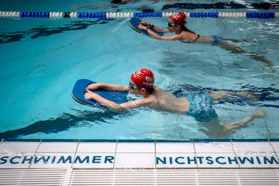 Schwimmschüler lernen das Schwimmen in einem Bad. (Symbolbild)