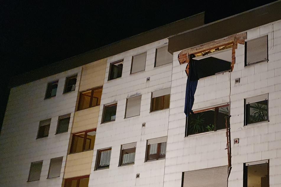 Explosion in Mehrfamilienhaus: Camping-Kocher reißt Fassade und Fenster aus Gebäude