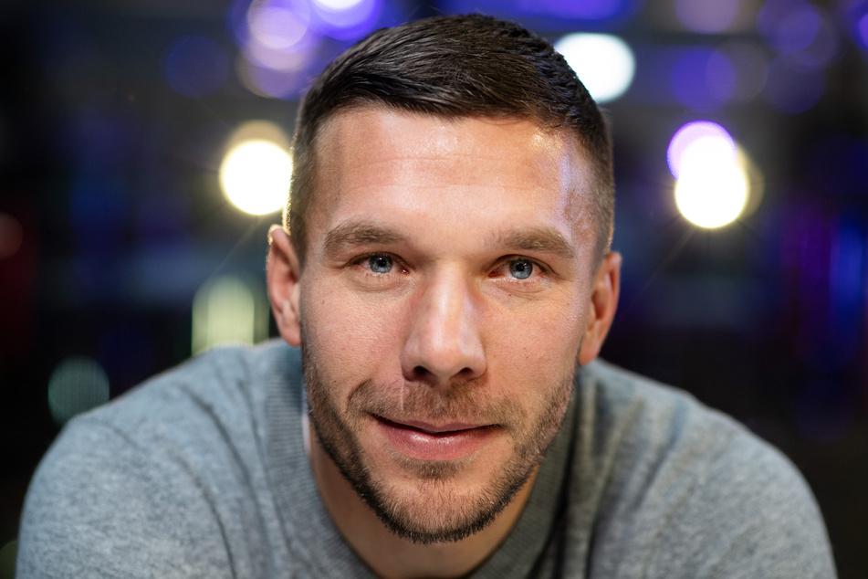 Mit seiner Stiftung hat der frühere Fußball-Nationalspieler Lukas Podolski (35) den Eishockey-Nachwuchs der Kölner Haie mit 25.000 Euro unterstützt.