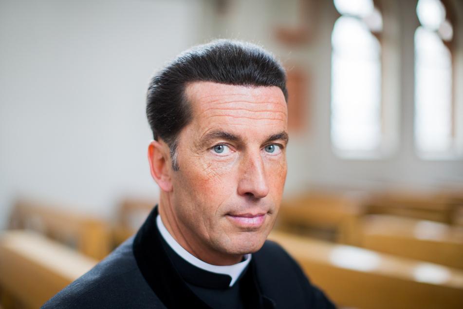 Der Bonner Stadtdechant Wolfgang Picken (53) hat den Kölner Kardinal Rainer Maria Woelki (64) scharf kritisiert.