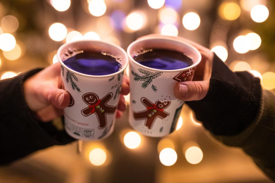 Im Dezember auf dem Weihnachtsmarkt mit Glühwein der Kälte entgegenwirken – darauf freuen sich schon jetzt viele Menschen. (Symbolbild)