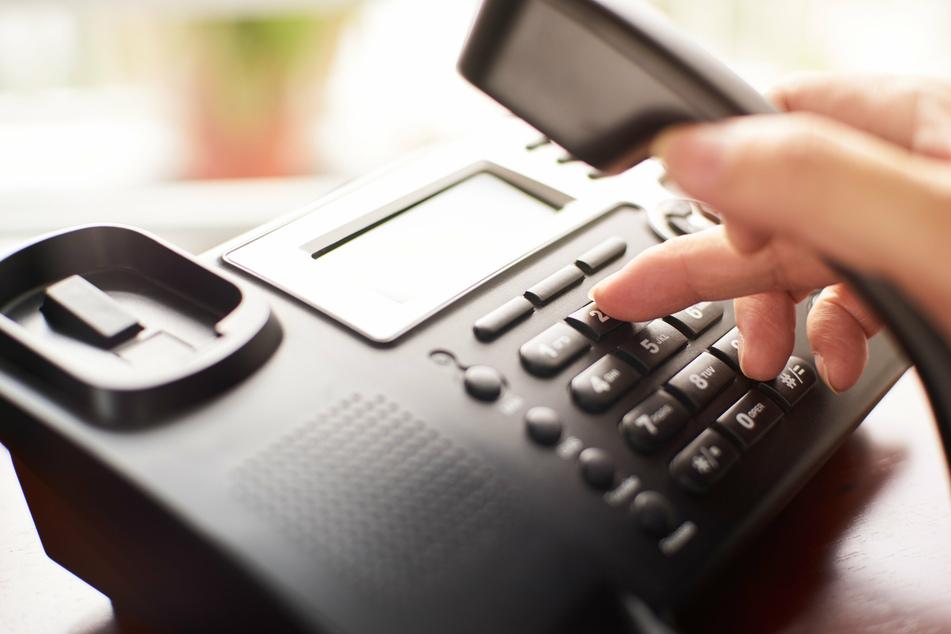 Mutter stirbt, während sie zwei Stunden am Telefon auf einen Arzttermin wartet