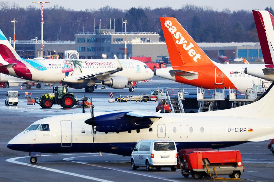 Flugzeuge stehen auf dem Rollfeld des Hamburger Flughafens. (Symbolbild)