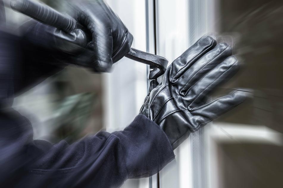 Zwei Männer haben versucht, in eine Düsseldorfer Wohnung einzubrechen, während die Bewohner bei einer Beerdigung waren. (Symbolbild)