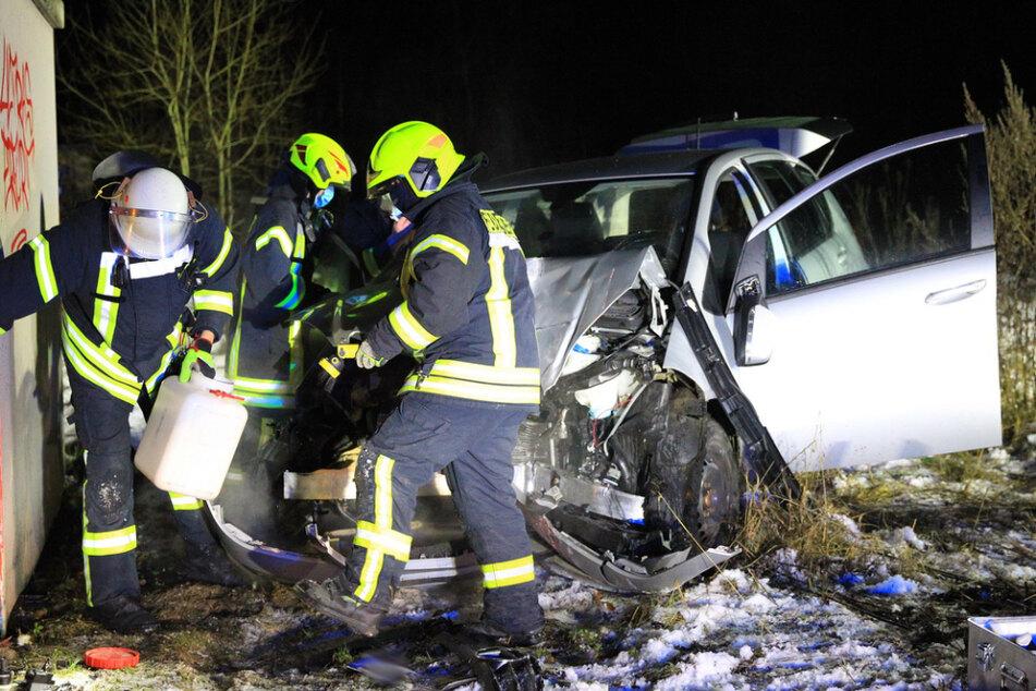 Mercedes-Fahrerin knallt in Stromhäuschen und verschiebt es