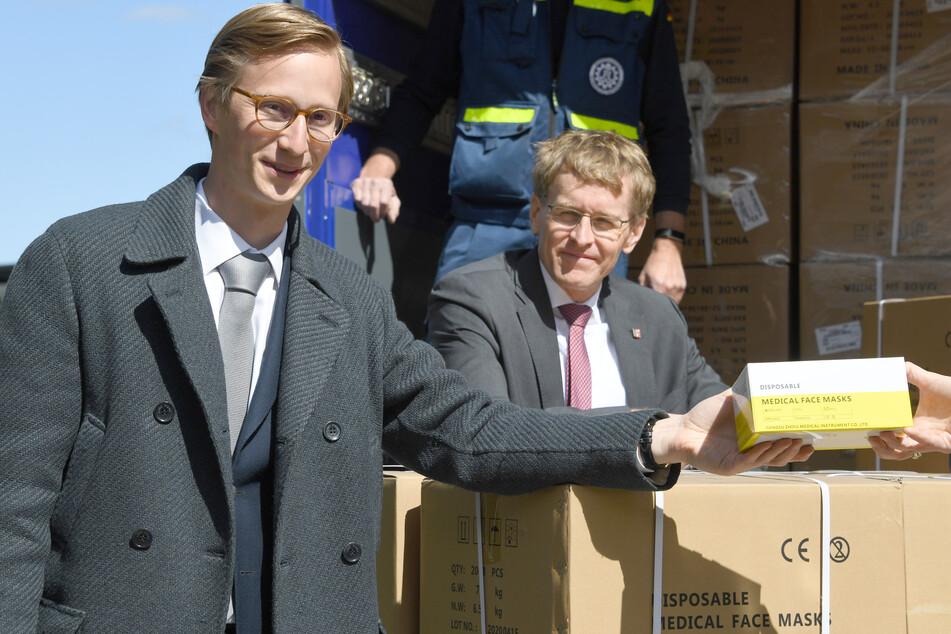 Marc Fielmann (l) steht bei der Übergabe neben Daniel Günther (CDU), Ministerpräsident von Schleswig-Holstein.