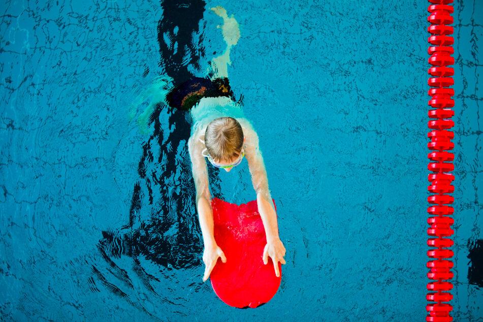 Nach Einschätzung der Deutschen Lebens-Rettungs-Gesellschaft haben 70.000 Kinder im vergangenen Jahr nicht Schwimmen gelernt. (Symbolbild)