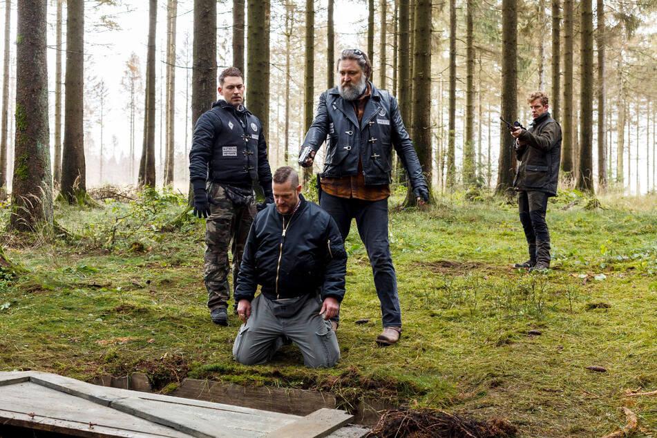Förster Heiko (Sebastian Weiss, r.) kommt ungelegen: Bandenchef Andy (Nicki von Tempelhoff) und Ricky (Julian Schmieder, l.) wollen Biker Groll (Aurel Manthei, vorn) hinrichten.