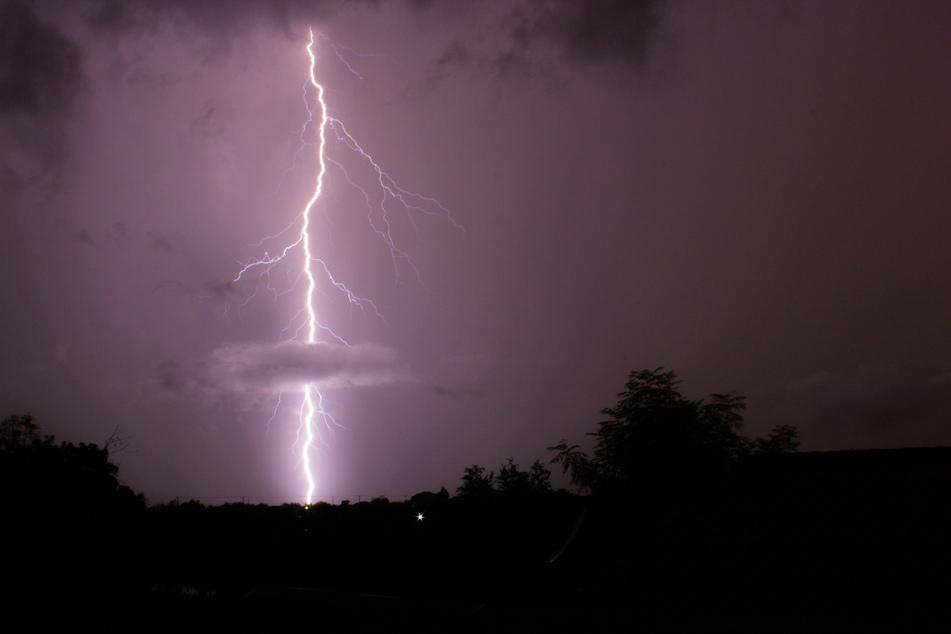 Während des Unwetters am Samstagabend ist ein Mann in Höhnstedt von einem Blitz getroffen worden. (Symbolbild)