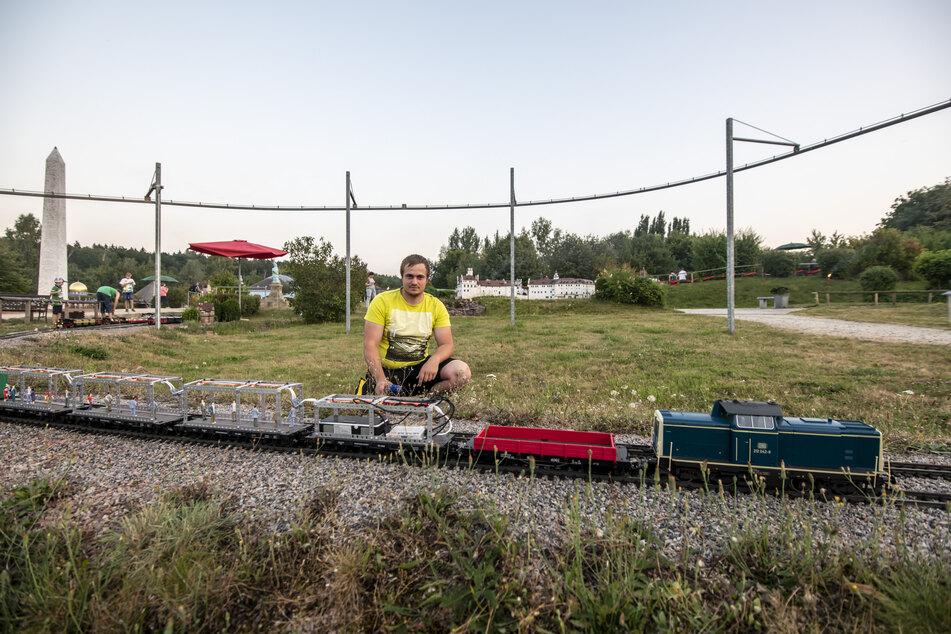 Manuel Schade (26) betreut die Miniwelt-Gartenbahn in Lichtenstein und hat einen Disco-Zug konstruiert.