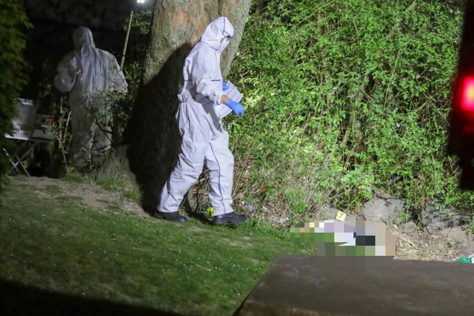 Ermittler untersuchten den Fundort in Wuppertal, wo die weibliche Leiche entdeckt worden war.